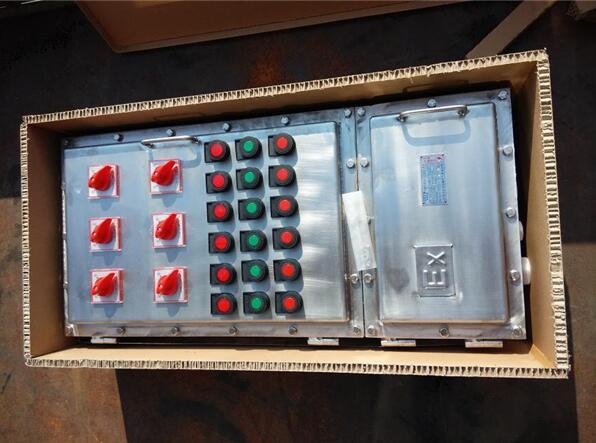 不锈钢防爆配电箱工作条件 a. 海拔不超过2000m; b. 周围空气温度不高于+40,不低于-5,24小时内平均值不超过+35; c. 周围空气相对湿度不超过95%(+25); d. 在无破坏绝缘的气体或蒸气的环境中; e. 污染等级:3级; f. 安装类别:II、III类; g. 用于户外的配电箱,太阳最大辐射1120W/,降雨强度6mm/min; h. 无显著摇动和剧烈的冲击振动的地方; 不锈钢防爆配电箱结构与特点 本配电箱是按照GB3836.